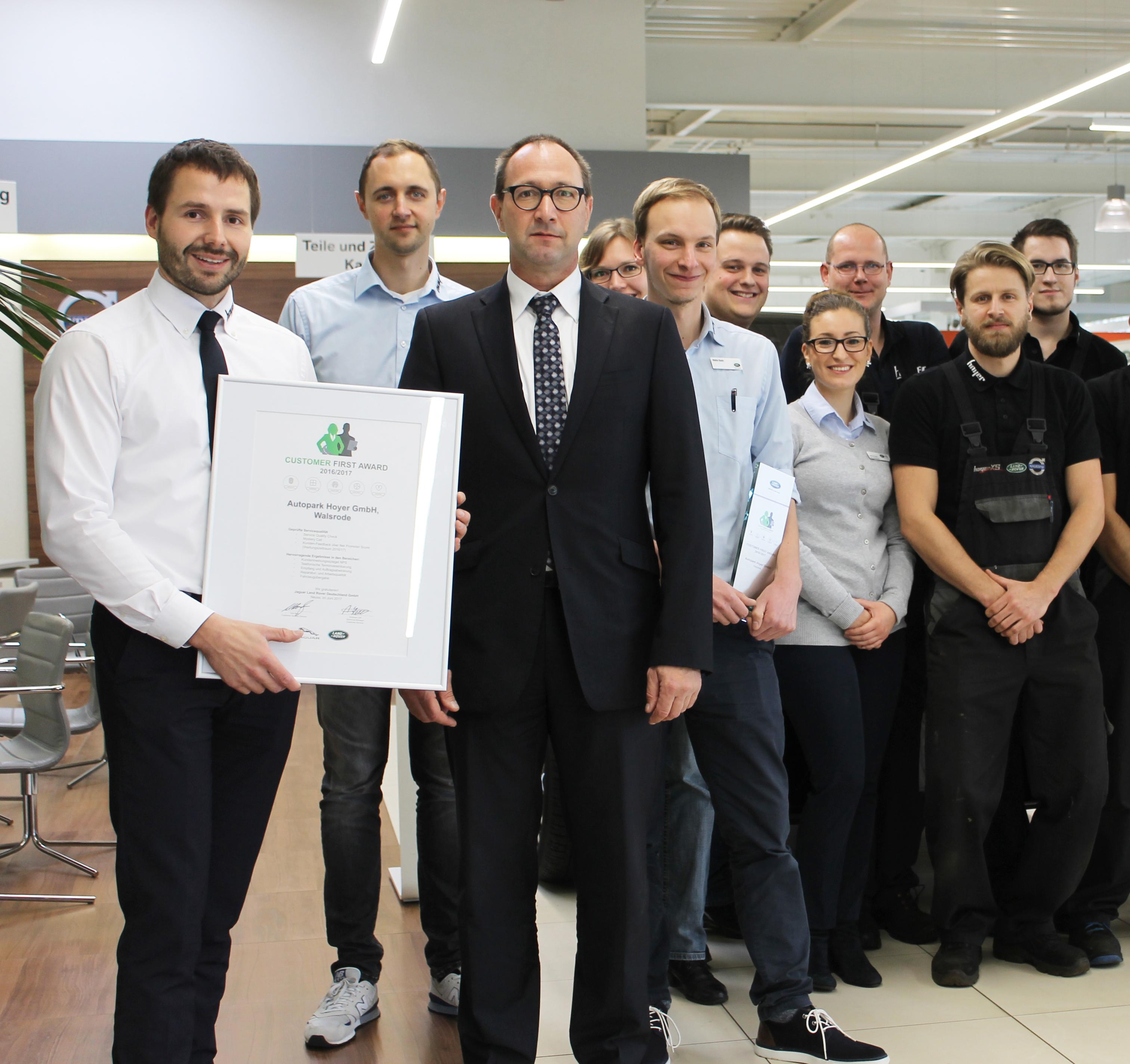 Walsroder Autopark Hoyer erhält Auszeichnung Customer First Award 2016/2017