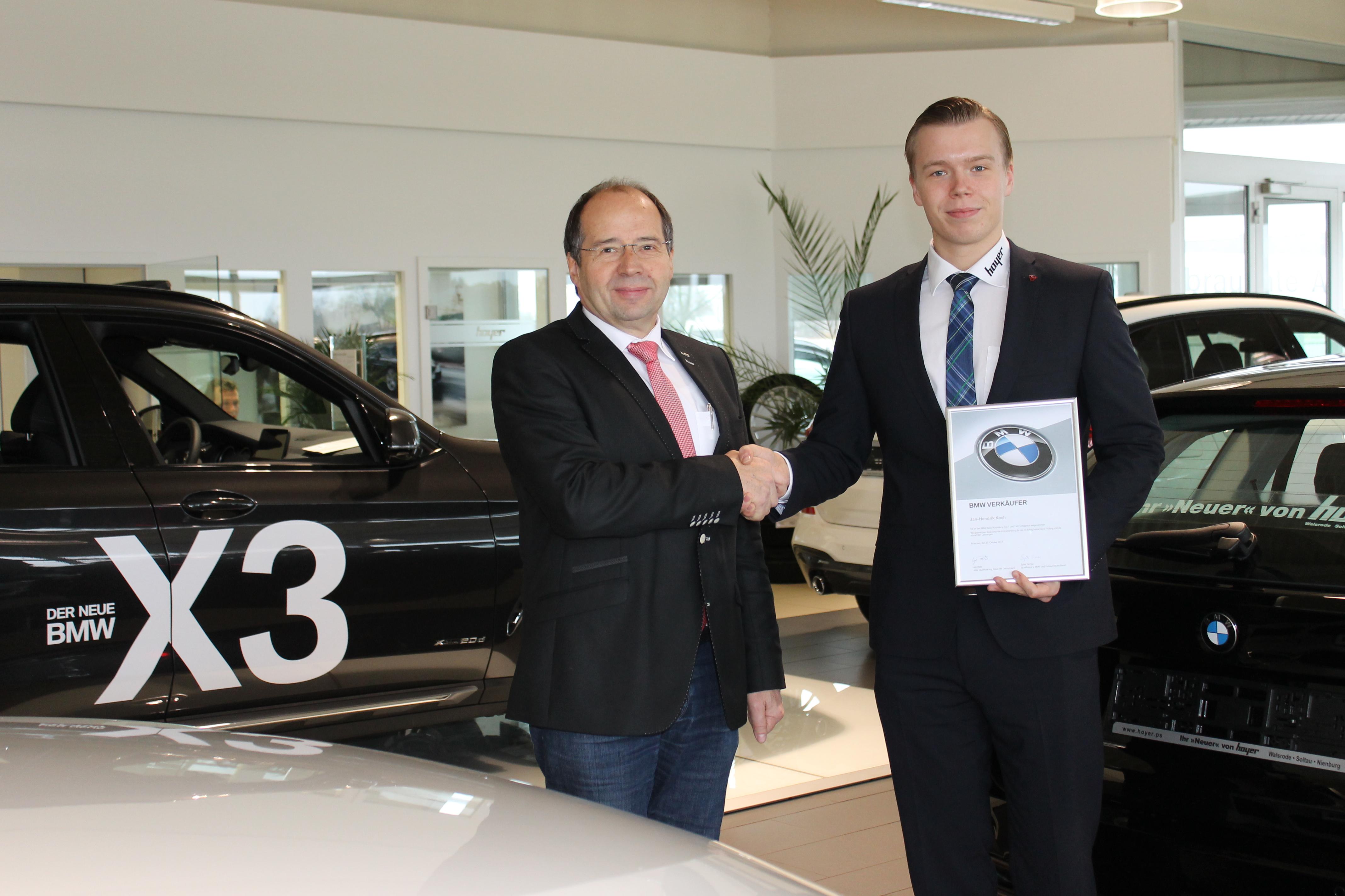 Auszubildender Jan-Hendrik Koch absolviert vor Abschluss seiner Lehre die BMW Verkäuferausbildung in München.